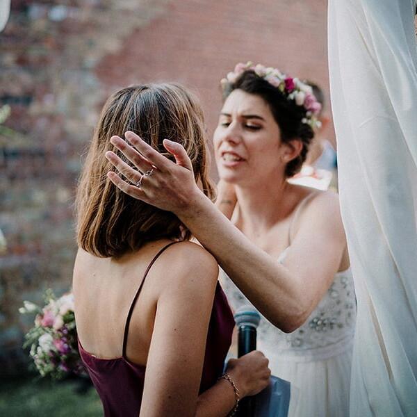Hochzeitsfotograf_freie_Trauung_Braut_Zeremonie_mit_Freundin