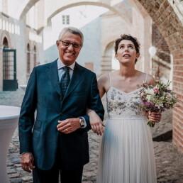 Hochzeitsfotograf_freie_Trauung_Braut_mit_Vater_vor_der_Zeremonie