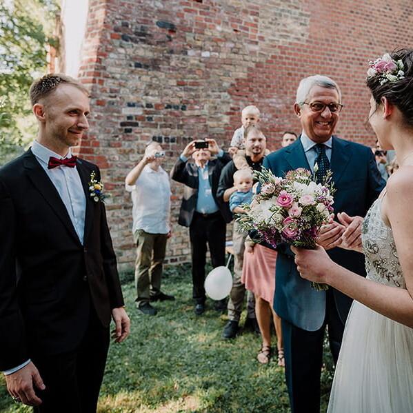 Hochzeitsfotograf_freie_Trauung_Braut_mit_Vater_vor_der_Zeremonie_Braeutigam