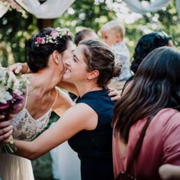Hochzeitsfotograf_freie_Trauung_Braut_nach_Ehegeluebde_Gratulation