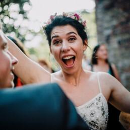 Hochzeitsfotograf_freie_Trauung_Braut_nach_Ehegeluebde_lustig