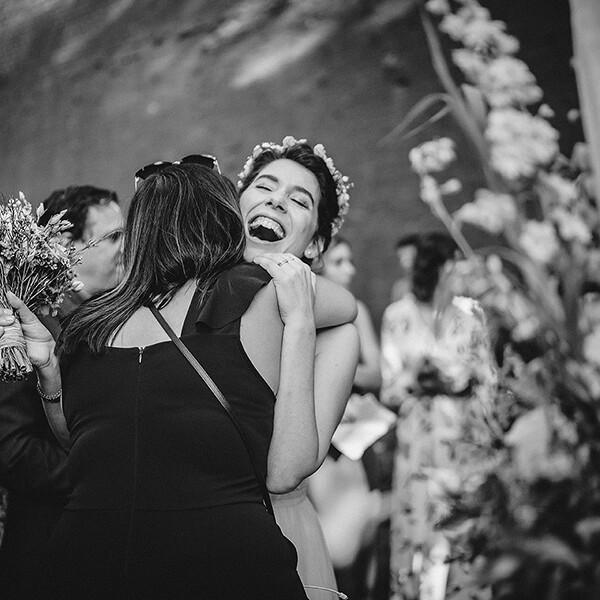 Hochzeitsfotograf_freie_Trauung_Braut_nach_der_Zeremonie_mit_Freundin