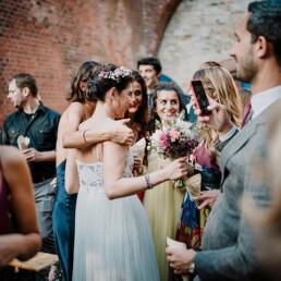 Hochzeitsfotograf_freie_Trauung_Braut_nach_der_Zeremonie_mit_Freundinnen