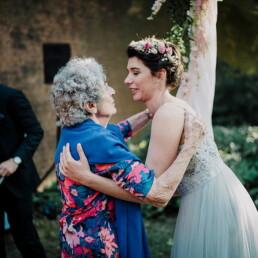 Hochzeitsfotograf_freie_Trauung_Braut_nach_der_Zeremonie_mit_Oma