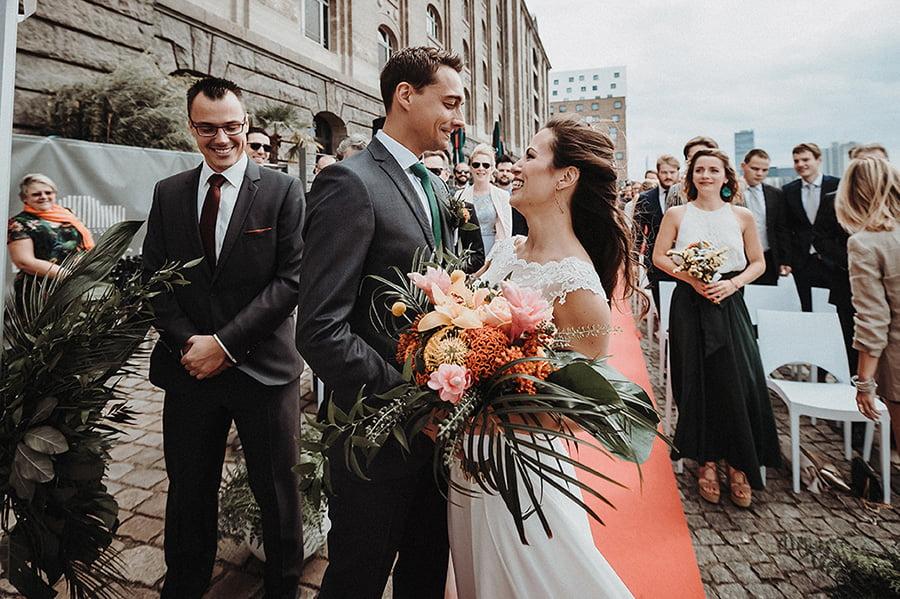 Hochzeitsfotograf_freie_Trauung_Brautpaar_Zeremonie_an_der_Spree