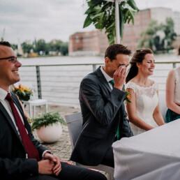 Hochzeitsfotograf_freie_Trauung_Brautpaar_Zeremonie_an_der_Spree_Freudetraene