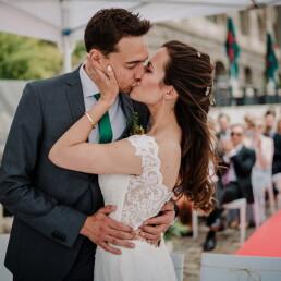 Hochzeitsfotograf_freie_Trauung_Brautpaar_Zeremonie_an_der_Spree_Kuss