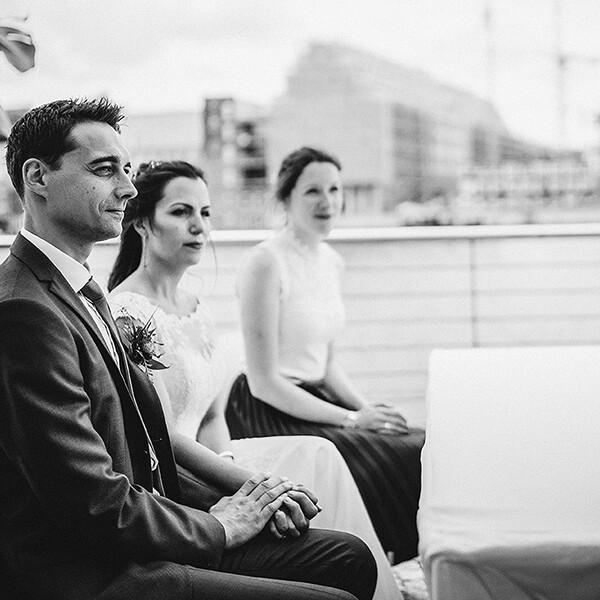 Hochzeitsfotograf_freie_Trauung_Brautpaar_Zeremonie_an_der_Spree_sw