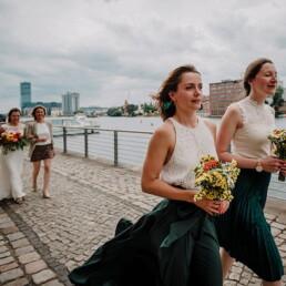 Hochzeitsfotograf_freie_Trauung_Zeremonie_an_der_Spree_Brautjungfern