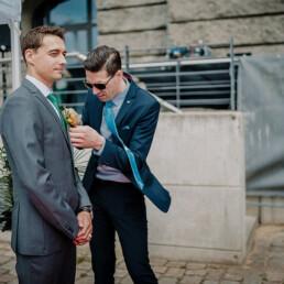 Hochzeitsfotograf_freie_Trauung_an_der_Spree_Braeutigam_vor_der_Zeremonie_Freund_hilft