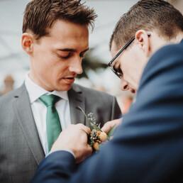 Hochzeitsfotograf_freie_Trauung_an_der_Spree_Braeutigam_vor_der_Zeremonie_mit_Freund