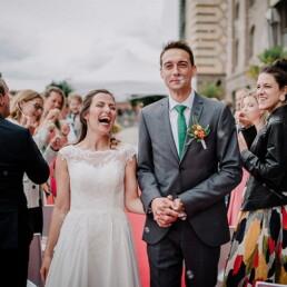 Hochzeitsfotograf_freie_Trauung_an_der_Spree_Brautpaar_Freude_nach_der_Zeremonie