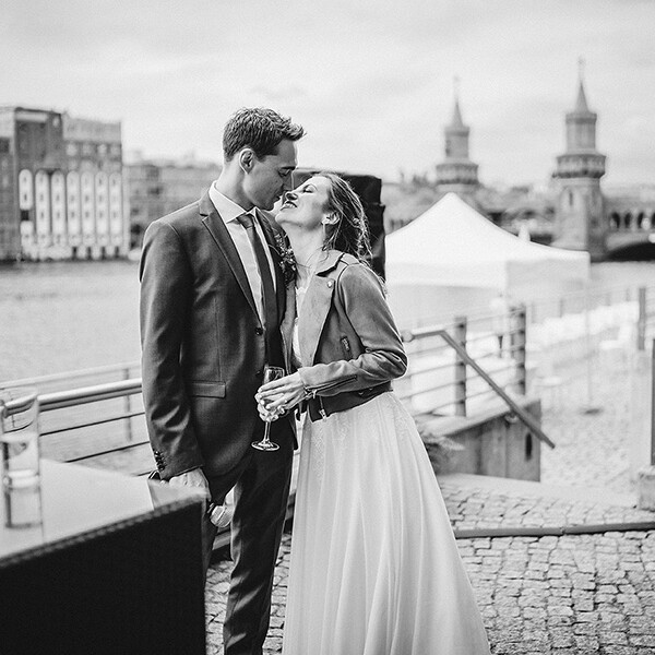 Hochzeitsfotograf_freie_Trauung_an_der_Spree_Brautpaar_nach_der_Zeremonie