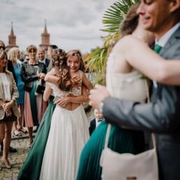 Hochzeitsfotograf_freie_Trauung_an_der_Spree_Gratulation_nach_der_Zeremonie
