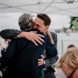 Hochzeitsfotograf_freie_Trauung_an_der_Spree_Gratulation_nach_der_Zeremonie_mit_Mutter