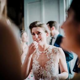 Hochzeitsfotograf_nach_der_Zeremonie_Braut_froehlich