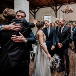Hochzeitsfotograf_nach_der_Zeremonie_Brautpaar_Gaeste_Glueckwunsch