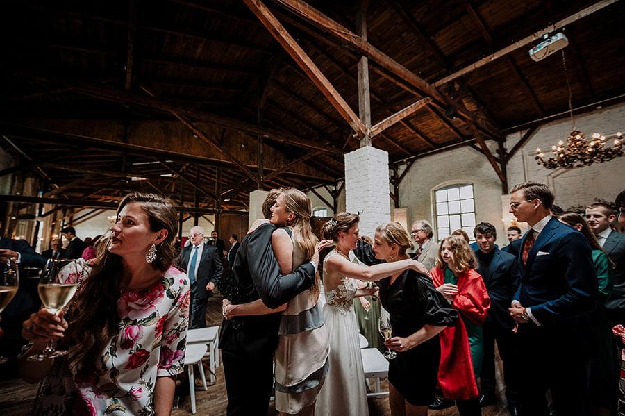 Hochzeitsfotograf_nach_der_Zeremonie_Brautpaar_Gaeste_Glueckwunsche
