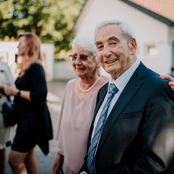 Hochzeitsfotograf_nach_der_Zeremonie_vor_der_Kirche_Grosseltern