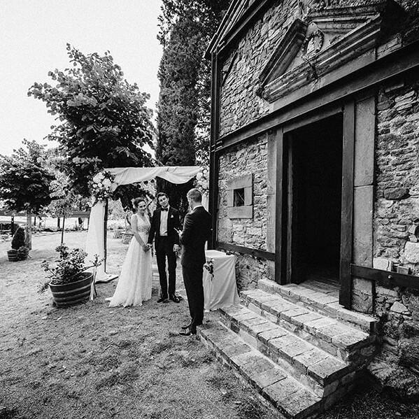 Hochzeitsfotograf_vor_der_Zeremonie_Brautpaar_Gespraech