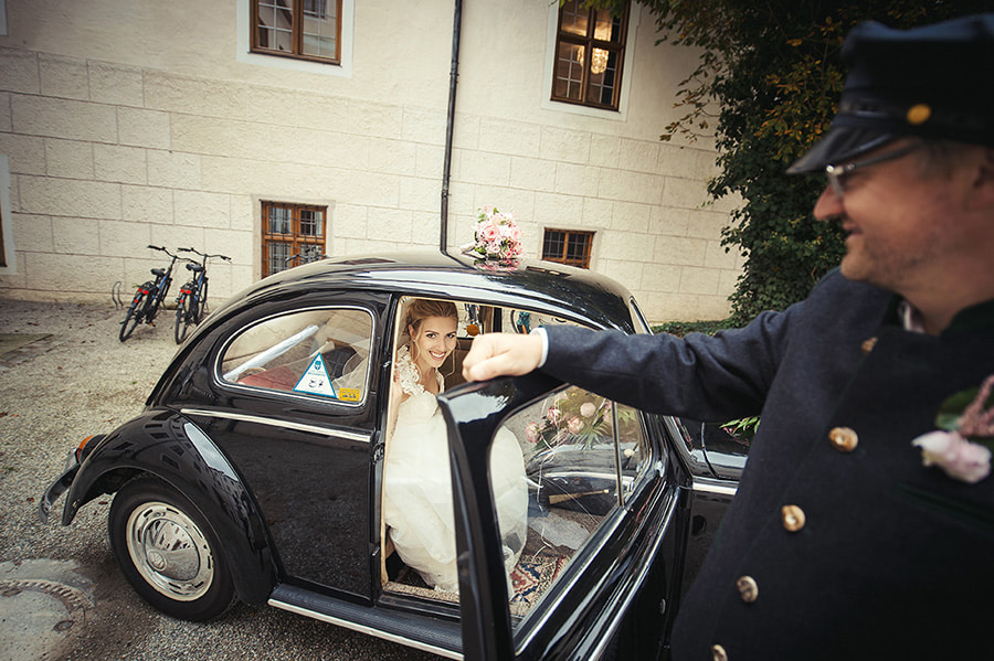 Hochzeitsfotograf_vor_der_Zeremonie_Brautpaar_steigt_aus_dem_Kaefer_aus