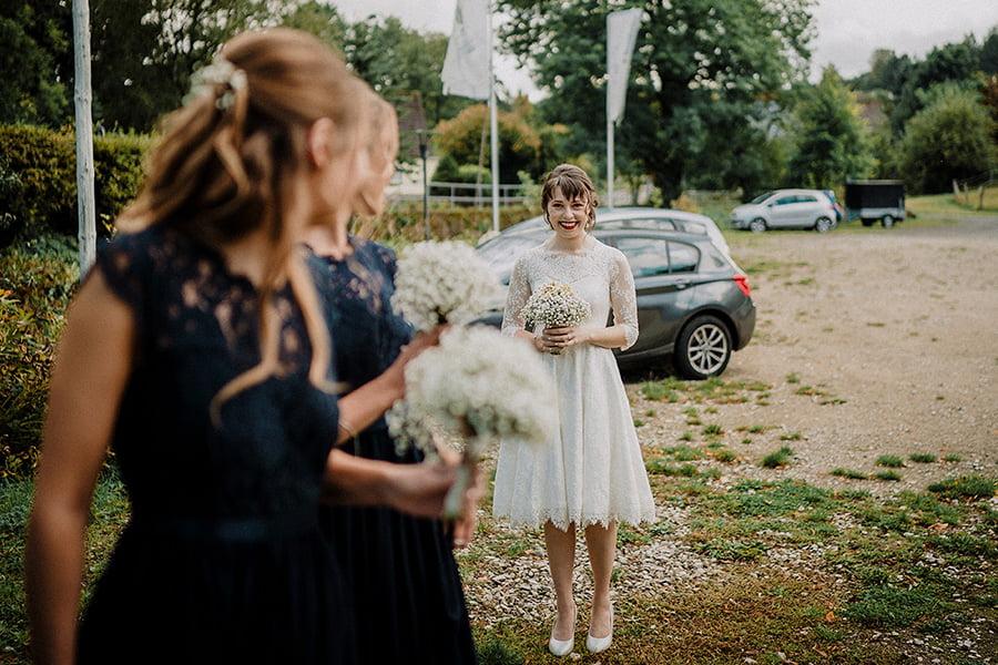 Hochzeitsfotografie_Braut_vor_der_Zeremonie_suess_mit_Brautjungfern
