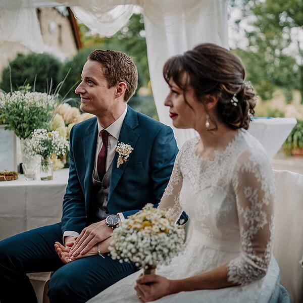 Hochzeitsfotografie_Zeremonie_Braeutigam_schoen_laechelnd
