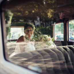 Hochzeitsfotografie_Zeremonie_Braut_Ankunft_weisser_Oldtimer