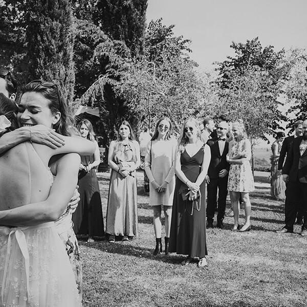 Hochzeitsfotografie_Zeremonie_Braut_Freundin_Gratulation_sw