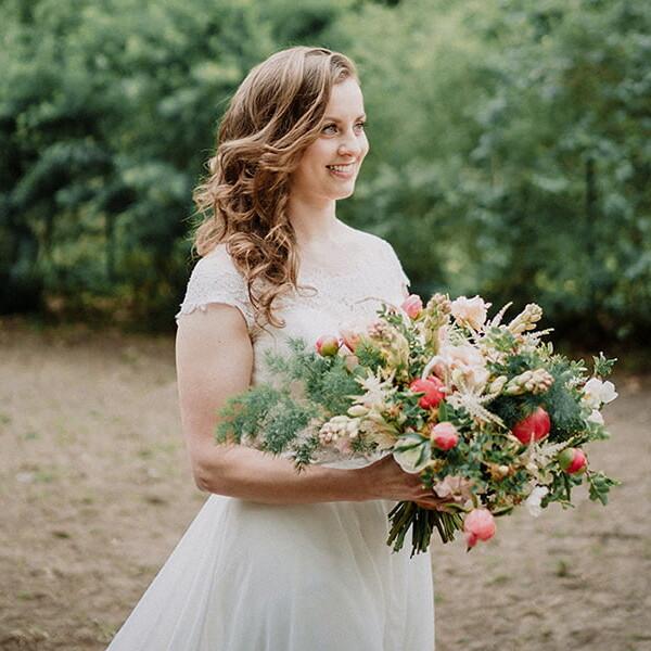 Hochzeitsfotografie_Zeremonie_Braut_mit_schoenem_Strauss
