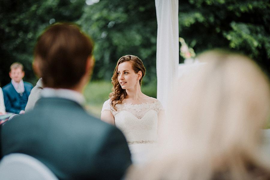 Hochzeitsfotografie_Zeremonie_Braut_vorm_Altar