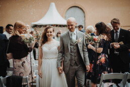 Hochzeitsfotografie_Zeremonie_Brautpaar_Ausgang_nach_Ehegeluebde