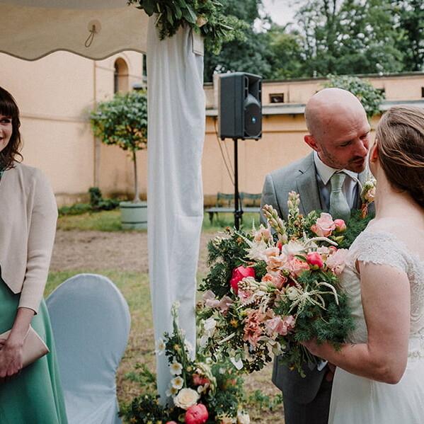 Hochzeitsfotografie_Zeremonie_Brautpaar_Kuss_vorm_Altar_Strauss