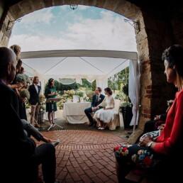 Hochzeitsfotografie_Zeremonie_Brautpaar_Redner_Familie