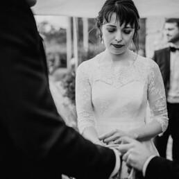 Hochzeitsfotografie_Zeremonie_Brautpaar_Ringtausch_sw