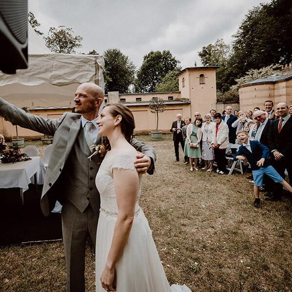 Hochzeitsfotografie_Zeremonie_Brautpaar_Selfie_vorm_Altar