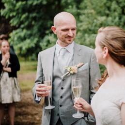 Hochzeitsfotografie_Zeremonie_Brautpaar_Toast_nach_Ehegeluebde
