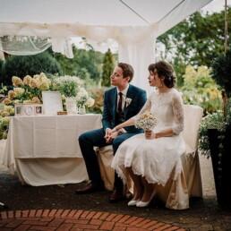 Hochzeitsfotografie_Zeremonie_Brautpaar_junge_Rednerin