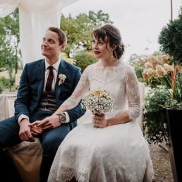 Hochzeitsfotografie_Zeremonie_Brautpaar_laechelnd