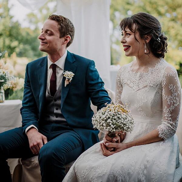 Hochzeitsfotografie_Zeremonie_Brautpaar_schoen_laechelnd