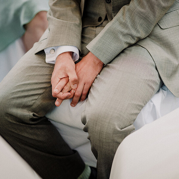 Hochzeitsfotografie_Zeremonie_Brautpaar_vorm_Altar_Details