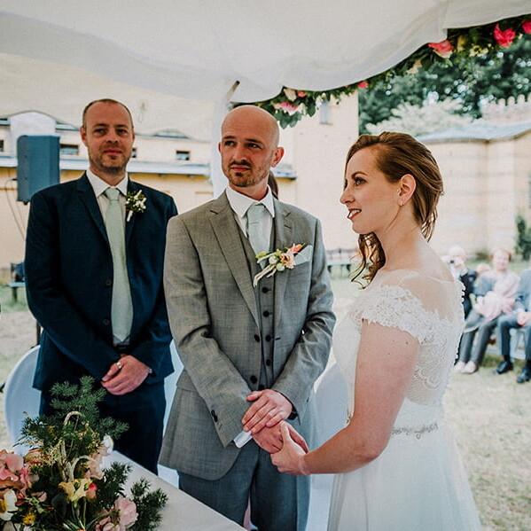 Hochzeitsfotografie_Zeremonie_Brautpaar_vorm_Altar_Ehegeluebde