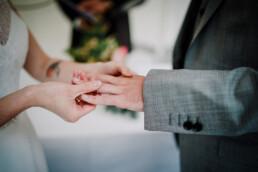 Hochzeitsfotografie_Zeremonie_Brautpaar_vorm_Altar_Ringe