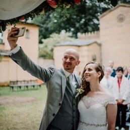 Hochzeitsfotografie_Zeremonie_Brautpaar_vorm_Altar_Selfie