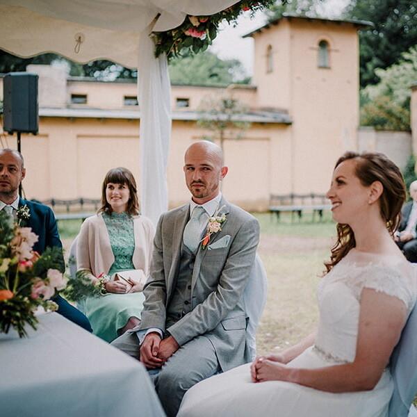 Hochzeitsfotografie_Zeremonie_Brautpaar_vorm_Altar_Strauss