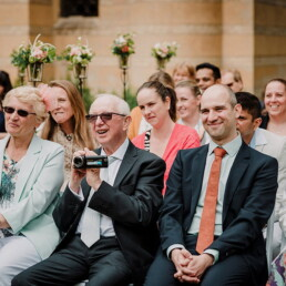 Hochzeitsfotografie_Zeremonie_draussen_Gaeste