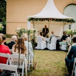 Hochzeitsfotografie_Zeremonie_draussen_Hochzeitsgesellschaft