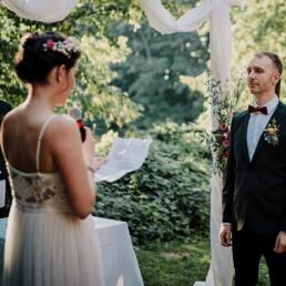 Hochzeitsfotografie_freie_Trauung_Braut_liest_Ehegeluebde_vor