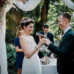 Hochzeitsfotografie_freie_Trauung_Brautpaar_vorm_Altar_Ehegeluebde_Mikro