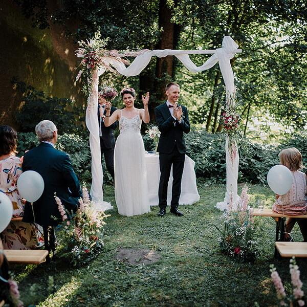 Hochzeitsfotografie_freie_Trauung_Brautpaar_vorm_Altar_nach_Ehegeluebde
